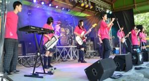 「軽音楽部 B!LD」が野外音楽祭に出場! 多くの観客を前に、2曲披露しました