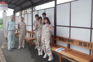 建築科生徒による「真颯館高校バス停」整備